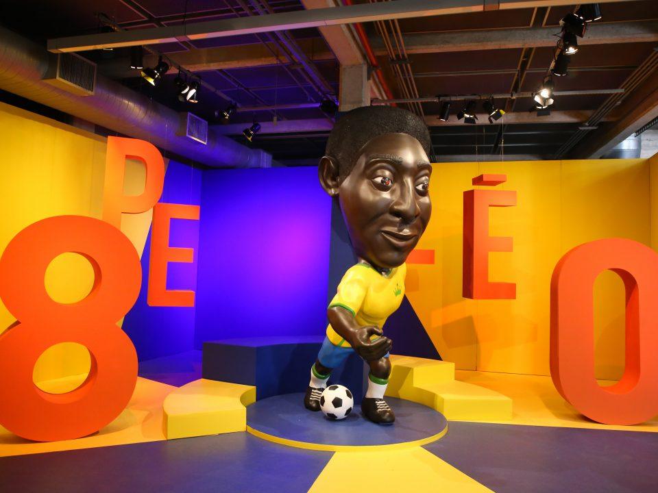 Escultura do Pelé com uniforme da seleção na exposição do Museu do Futebol