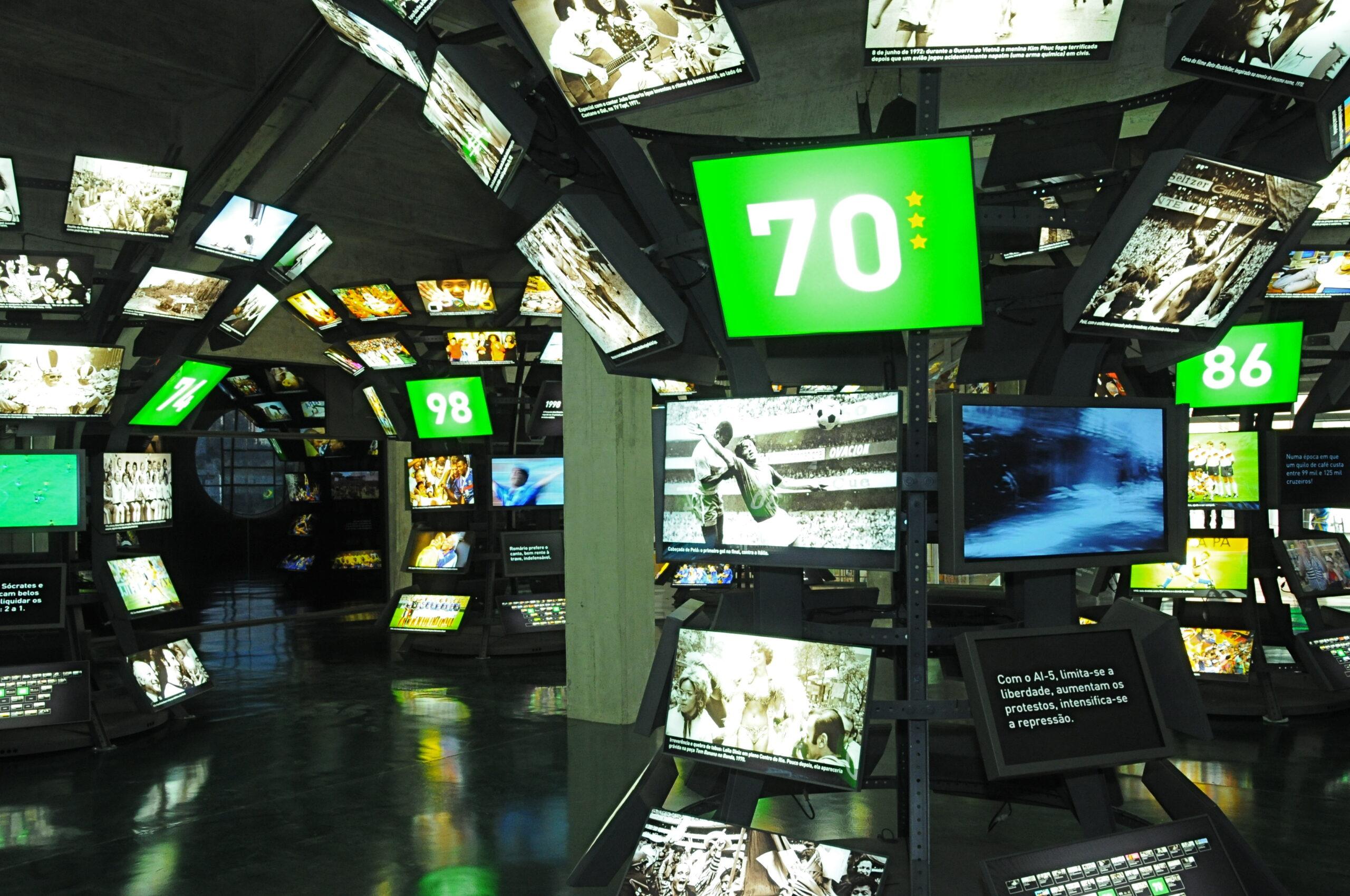 Sala com vários televisores contando a história das copas. Logo na frente, o número 70 em referência a copa de 1970