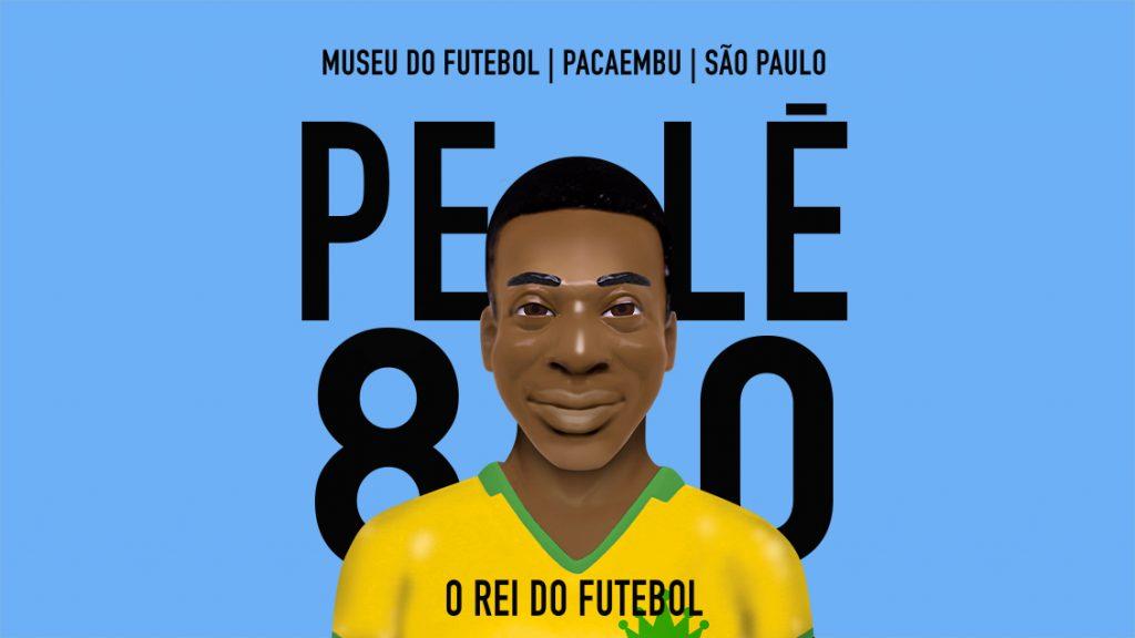 Boneco de pebolim com o rosto de Pelé, vestindo uma camisa amarela. Atrás dele, os dizeres Museu do Futebo, Pacaembu, São Paulo. Pelé 80 - O Rei do Futebol