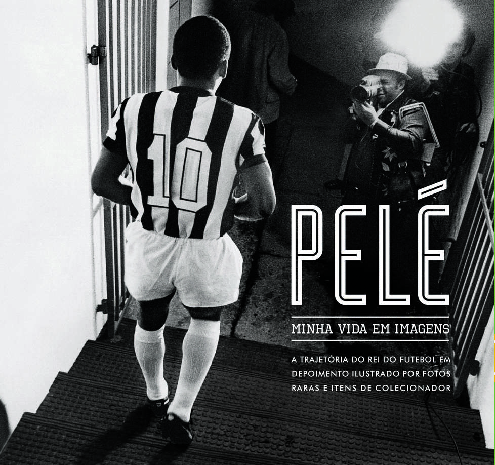 Capa do livro. Foto em preto e branco mostra Pelé de costas com camisa listrada em preto e branco descendo pelo túnel dos vestiários.